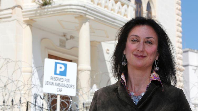 La journaliste Daphne Caruana Galizia devant l'ambassade libyenne de La Vallette (Malte), le 6 avril 2011. (DARRIN ZAMMIT LUPI / REUTERS)