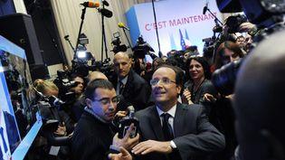 Le candidat socialiste François Hollande quitte Tulle (Corrèze) à l'issue de son discours, le 22 avril 2012. (JEAN-PIERRE MULLER / AFP)