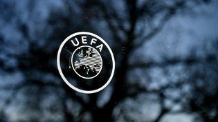 Le logo de l'UEFA à son siège, à Nyon, en Suisse. (FABRICE COFFRINI / AFP)