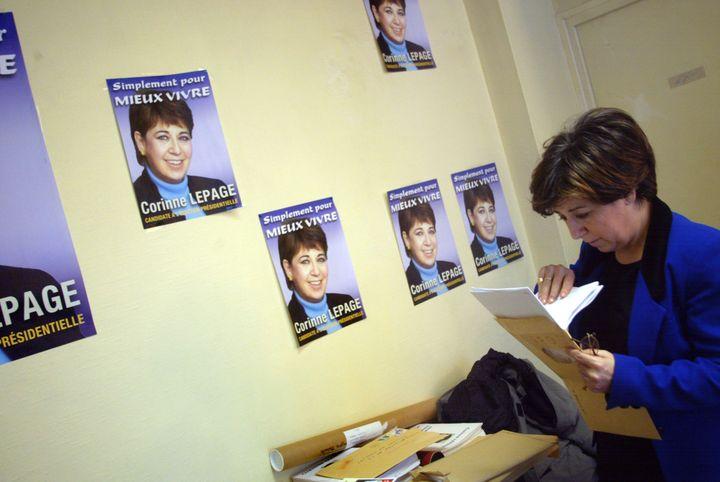 Corinne Lepage à sa permanence, quelques jours avant l'élection présidentielle, le 12 avril 2002 à Paris. (JOEL SAGET / AFP)