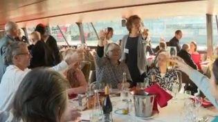 Des personnes isolées et aux revenus modestes ont pu bénéficier d'un repas de fêtes sur un bateau-mouche mercredi 25 décembre, à l'initiative des Petit frères des pauvres. (FRANCE 2)