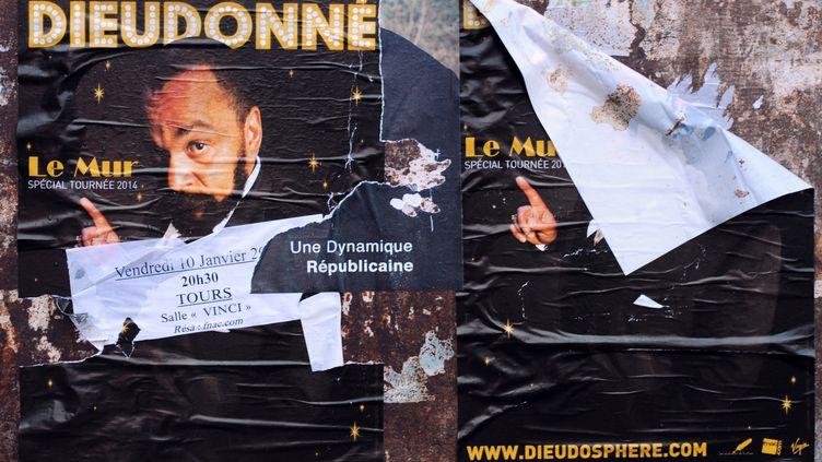 """Des affiches du spectacle """"Le Mur"""" de Dieudonnéplacardées sur les murs de Tours, alors que la représentation a été interdite le 10 janvier 2014. (GUILLAUME SOUVANT / AFP)"""