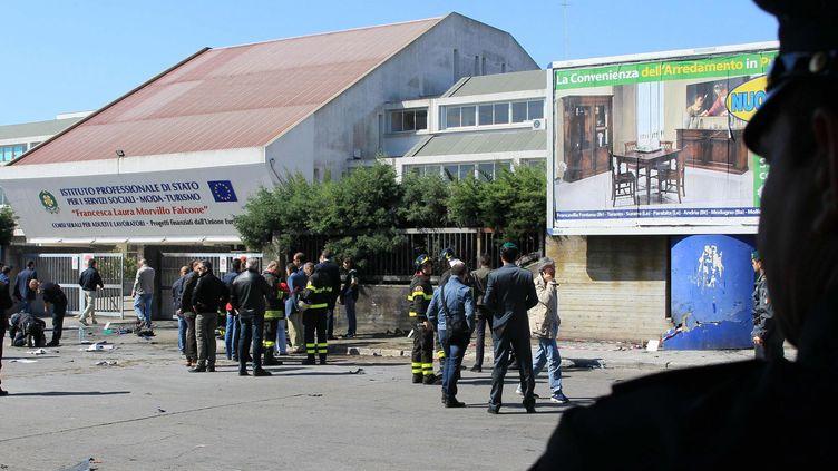 Deux engins explosifs ont éclaté devant le lycée Francesca Morvillo Falconeà Brindisi (sud de l'Italie) samedi 19 mai 2012. (DARIO CARICATO / EPA / MAXPPP)