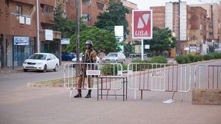 Un soldat monte la garde devant l'avenue où un restaurant a été visé par une attaque, lundi 14 août 2017 à Ouagadougou (Burkina Faso). (OLYMPIA DE MAISMONT / ANADOLU AGENCY / AFP)