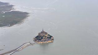 Le Mont-Saint-Michel (Manche) est redevenu une île pendant les grandes marées du 23 août 2013. (  MAXPPP)
