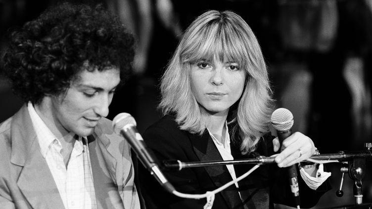 France Gall au côté de Michel Berger, lors d'un enregistrement à Nogent-sur-Marne (Val-de-Marne), en 1980. (JEAN CLAUDE PIERDET / INA / AFP)