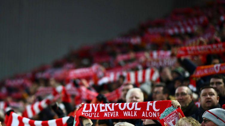 Des écharpes sont brandies par des supporters de Liverpool, le 10 novembre 2019, à Liverpool (Royaume-Uni). (JAVIER GARCIA/BPI/REX/SIPA)