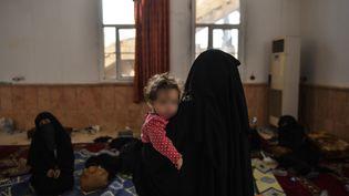 Une femme suspectée d'appartenir au groupe Etat islamique, le 8 octobre 2017. (BULENT KILIC / AFP)