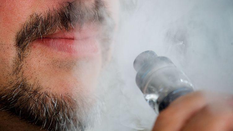Un utilisateur decigarette électronique à Calais (Pas-de-Calais), le 21 mars 2019. (MAXPPP)