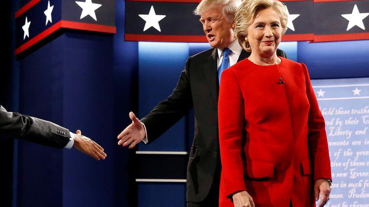 Donald Trump et Hillary Clinton se saluent après le premier débat qui les a opposés, le 26 septembre 2016, à l'université Hofstra, à Hempstead (Etats-Unis). (JONATHAN ERNST / REUTERS)