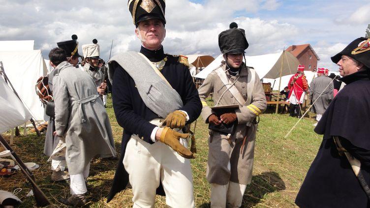Henri Caporali et ses camarades en uniformes du 18e régiment d'infanterie de ligne, sur un bivouac lors d'une reconstitution napoléonienne. (DR)