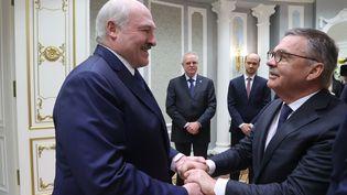 René Fasel, le président de la Fédération internationale de hockey sur glace, et Alexandre Loukachenko, président de la Biélorussie, le 11 janvier 2021 (NIKOLAY PETROV / BELTA)