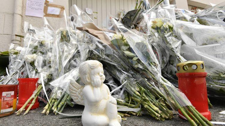 Après le drame, les habitants de Lorient sont venus déposer des fleurs, des objets et des petits mots sur les lieux du drame. (THIERRY CREUX / MAXPPP)