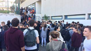 Des élèves attendent d'être évacués dans la cour du lycée Tocqueville à Grasse (Alpes-Maritimes) après qu'une fusillade a éclaté, le 16 mars 2017. (MAXPPP)