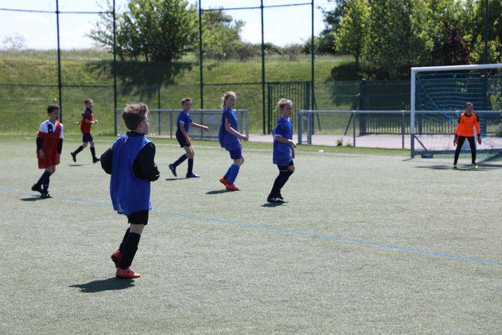 Des joueuses et joueurs du club de Genas (Rhône), le 15 mai 2019. (ELISE LAMBERT/FRANCEINFO)
