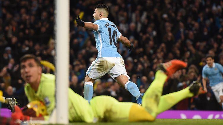 Sergio Aguero tout à sa joie aux dépens du portier d'Everton Joel Robles (PAUL ELLIS / AFP)