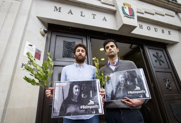 Matthew Caruana Galizia (à gauche) et son frère Paul à Londres, en avril 2018 (TOLGA AKMEN / AFP)