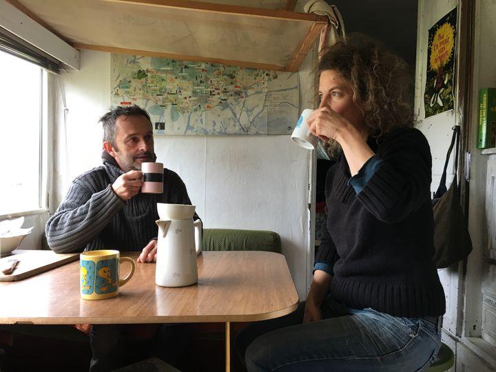 Virginie Philippe et Xavier Richard dans leur caravane, le 28 mars 2018, sur la ZAD de Notre-Dame-des-Landes (Loire-Atlantique). (RAPHAEL GODET / FRANCEINFO)