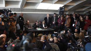 13 janvier 2015 : une partie de l'équipe de Charlie Hebdo (Gérard Briard, rédacteur en chef, Luz et Patrick Pelloux) qui estaccueillie par Libération.  (MARTIN BUREAU / AFP)