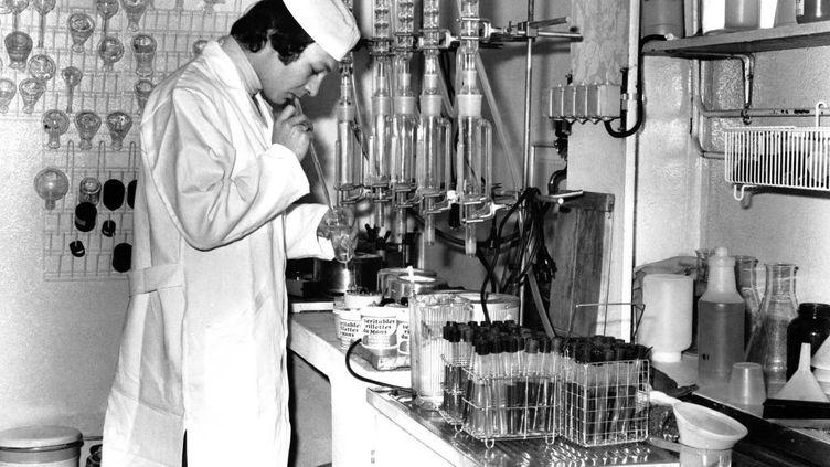 Contrôle de la viande dans le laboratoire de l'usine de rillettes Bordeau Chesnel, dans les années 70, à Champagné, dans la Sarthe. (Illustration) (MICHEL GILE / GAMMA-RAPHO VIA GETTY IMAGES)