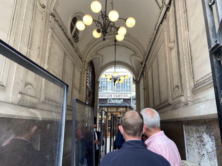 Une queue se profile à l'entrée du restaurant Le Bouillon Chartier,le 10 août 2021,dans le 9e arrondissement de Paris. (RACHEL RODRIGUES / FRANCEINFO)