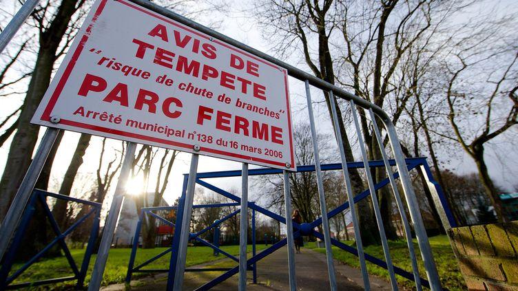 Un parc est fermé à Douai (Nord) à cause du risque de tempête, le 21 décembre 2013. (  MAXPPP)
