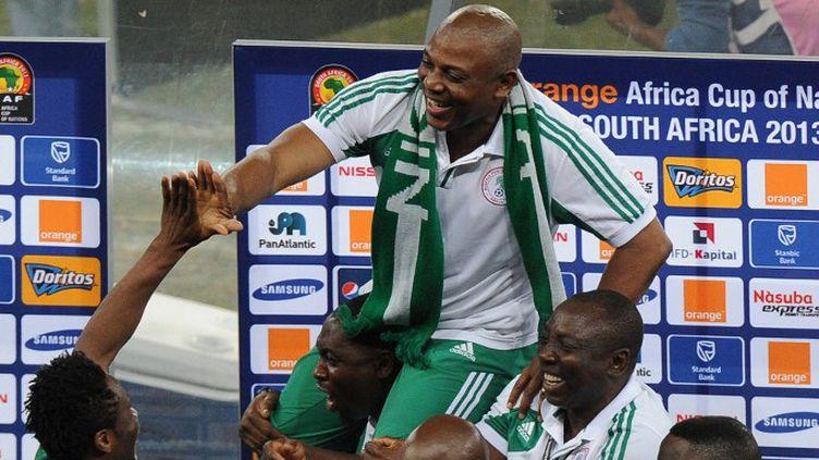 Porté en triomphe par ses joueurs, Stephen Keshi veut rester à la tête de la sélection nigériane  (ALEXANDER JOE / AFP)