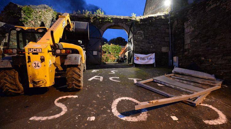 Des salariés de Tilly-Sabco, volailler breton menacé de cessation de paiement, manifestent devant la sous-préfecture de Morlaix (Finistère), le 4 novembre 2013. (DAMIEN MEYER / AFP)