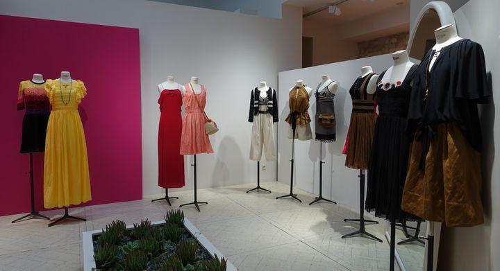 """Présentation Vanessa Bruno de la collection printemps-été 2016, dans sa boutique parisienne lors de la Paris Fashion week, en octobre 2015. Son inspiration : une artiste aventurière qui traverse l'Amérique du Sud. Son but : """"créer des vêtements faciles pour des femmes difficiles, à l'image de cette aventurière des temps modernes que rine n'effraie, ni l'immensité des paysages, ni le mélange des genres"""".  (Corinne Jeammet)"""