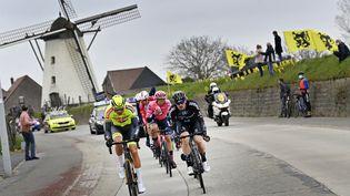 Les coureurs sur le Tour des Flandres, le 4 avril 2021, entre Anvers et Oudenarde(Belgique). (DIRK WAEM / BELGA MAG / AFP)