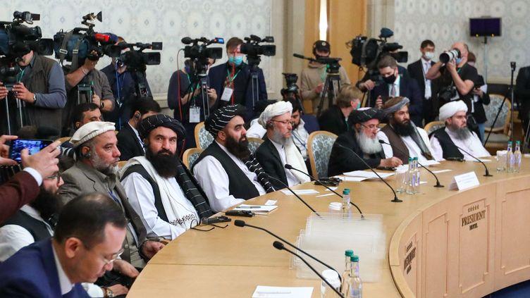 Des membres de la délégation talibane, dont le vice-premier ministre Abdul Salam Hanafi (4e depuis la droite), participent à une conférence internationale sur l'Afghanistan à Moscou, le 20 octobre 2021. (HANDOUT / RUSSIAN FOREIGN MINISTRY)