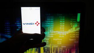 Le logo de Vinci sur un téléphone portable, le 28 août 2018. (ALEXANDER POHL / NURPHOTO/AFP)