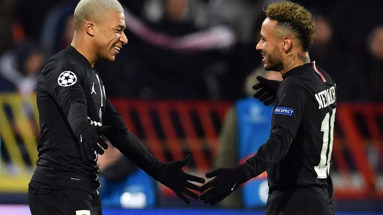 Les joueurs du PSG Kylian Mbappé (à gauche) et Neymar, le 11 décembre 2018 à Belgrade (Serbie). (ANDREJ ISAKOVIC / AFP)