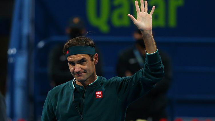 Roger Federer salue le public à Doha lors de son retour à la compétition le 10 mars 2021 (SAMER F REJJAL / HANDOUT BY BEIN SPORTS / MAXPPP)