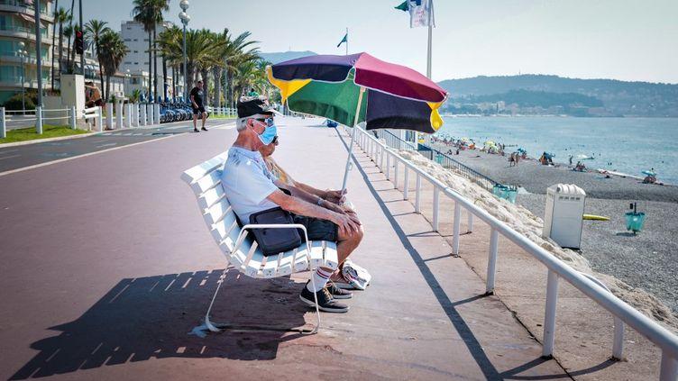 Un couple de personnes âgées regarde la mer à Nice (Alpes-Maritimes), le 2 août 2020. (ARIE BOTBOL / HANS LUCAS / AFP)