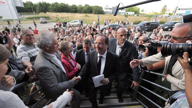 Le président François Hollande en visite à La Roche-sur-Yon, en Vendée, mardi 6 août 2013. (FRANK PERRY / AFP)