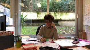 Christine,infirmière à l'ASSAD, à Paris, joint ses patients pour les rassurer durant la grève, le 10 décembre 2019. (MATTHIEU MONDOLONI / FRANCEINFO)