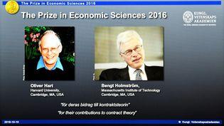 Le tableau annonçant l'attribution du prix Nobel d'économie à Oliver Hert etBengt Holmstrom, le 10 octobre 2016, à Stockholm (Suède). (JONATHAN NACKSTRAND / AFP)