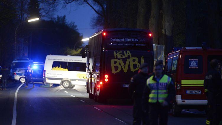 Le bus du Borussia Dortmund après les explosions (SASCHA SCHUERMANN / AFP)