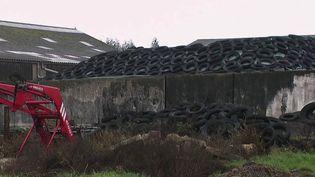 Des pneus entassés dans un champ agricole. (CAPTURE ECRAN FRANCE 2)