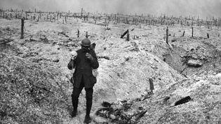 Un soldat français dans une tranchée de l'Est de la France, pendant la Première Guerre mondiale. (STRINGER / AFP)