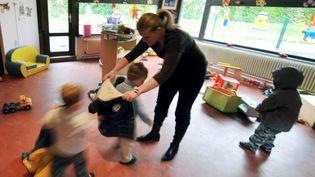 Une assistante maternelle accueille des enfants dans un crèche collective d'Hérouville Saint-Clair dans le Calvados. (MYCHELE DANIAU / ARCHIVES)