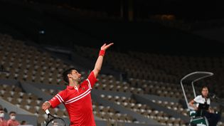 """Novak Djokovic a découvert les """"night sessions"""" de Roland-Garros avec succès le mardi 1er juin 2021. (CHRISTOPHE ARCHAMBAULT / AFP)"""