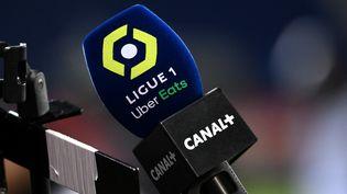 Un micro de Canal + pendant le championnat de Ligue 1 de football (FRANCK FIFE / AFP)