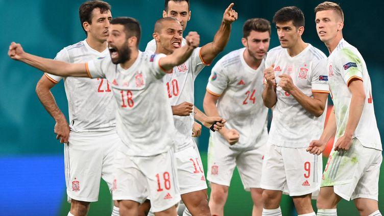 Les joueursespagnols célèbrent leur victoire aux tirs au but face à la Suisse, en quart de finale de l'Euro 2021, le 2 juillet à Saint-Pétersbourg (KIRILL KUDRYAVTSEV / AFP)