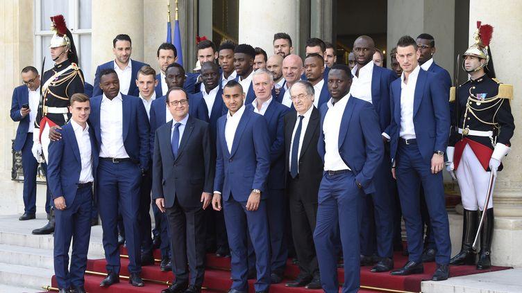 François Hollande pose avec l'équipe de France de football sur le perron de l'Elysée, le 11 juillet 2016, au lendemain de la finale de l'Euro 2016. (DOMINIQUE FAGET / AFP)