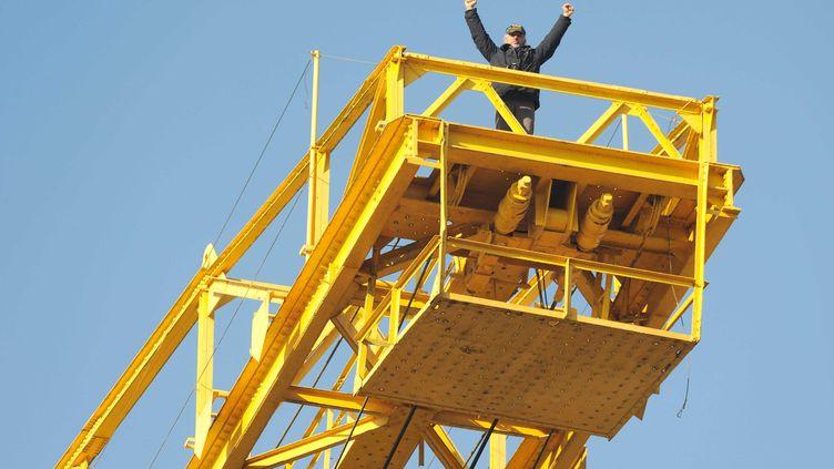 Serge Charnay, au sommet d'une grue sur un ancien chantier naval de Nantes (Loire-Atlantique), le 16 février 2013. (SALOM-GOMIS SEBASTIEN / SIPA)