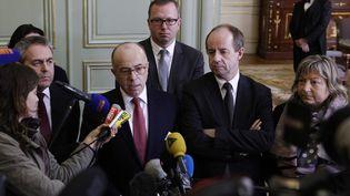 Bernard Cazeneuve (au centre), mercredi 3 février, au ministère de l'Intérieur, à Paris. (GEOFFROY VAN DER HASSELT / AFP)