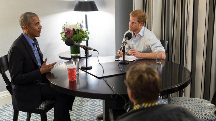 Barack Obama et le prince Harry, lors d'une interview réalisée en septembre et diffusée mercredi 27 décembre 2017. (HO / THE OBAMA FOUNDATION)