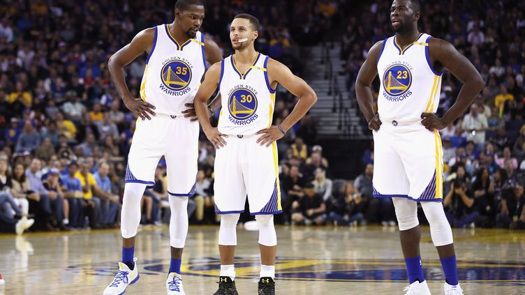 Trois des stars des Warriors, Kevin Durant, Stephen Curry et Draymond Green (EZRA SHAW / GETTY IMAGES NORTH AMERICA)